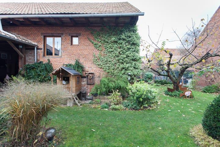 Le gîte, côté sud (novembre) / The cottage, to the south (November)