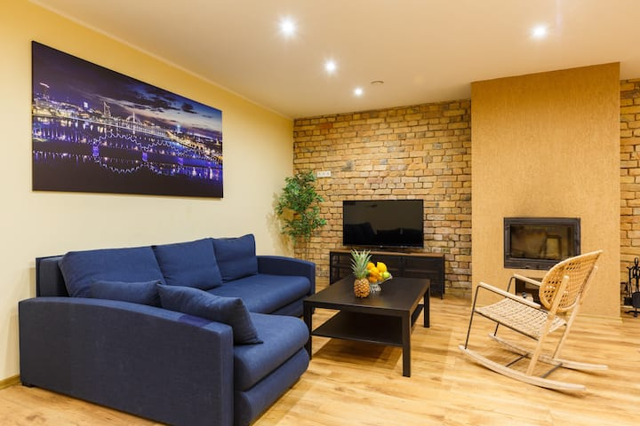 5 min to Old city/1-4 person/Fireplace/50″TV/70m²