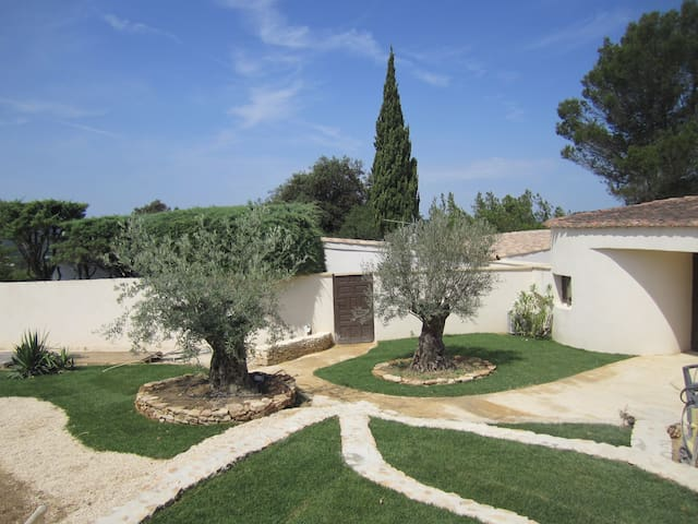 Elegant villa with pool set in private estate - Castillon-du-Gard - Villa