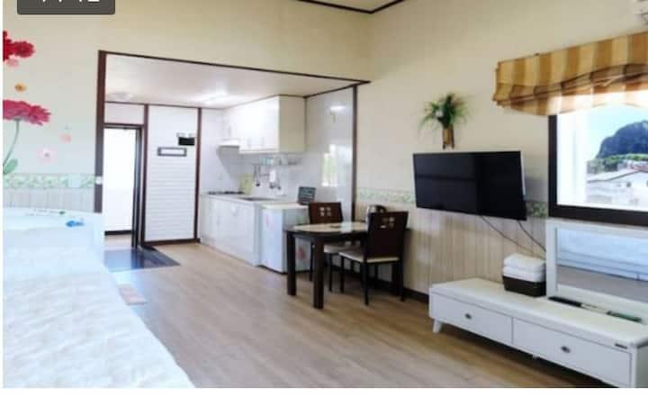 푸른제주펜션 10평 침대방 (성산일출봉과 우도전망)