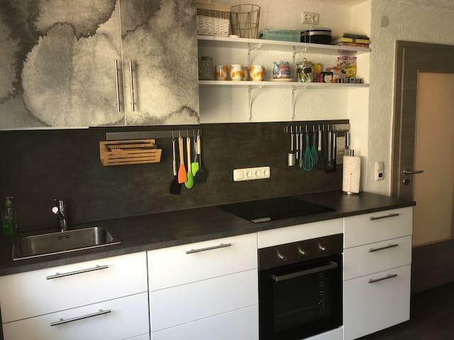 Küchenzeile ausgestattet mit Induktionskochfeld/Backofen/    Spülmaschine/Wasserkocher/Kühl-Gefrierkombination/Toaster und Kaffeemaschine