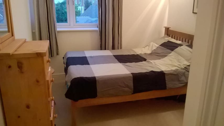 En-suite room in modern apartment - Wokingham