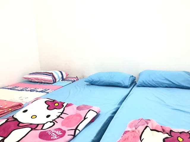 1 Queen bed  & 4 Single bed @2BR - Ulu Tiram - Dorm