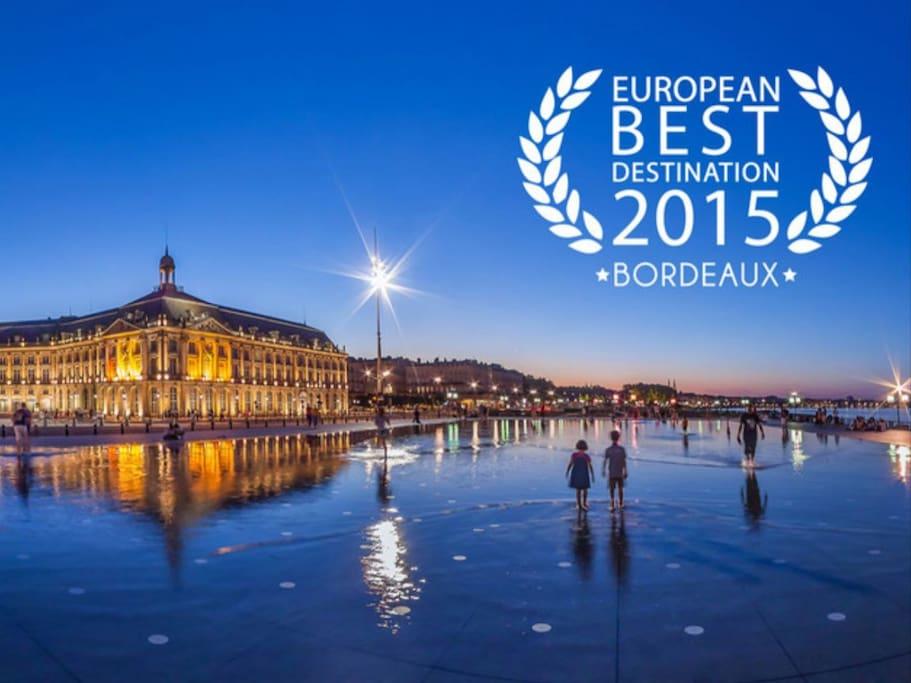 Découvrez Bordeaux, sa magnifique place de la Bourse son miroir d'eau et ses nombreux restaurants. Bordeaux a été élue meilleure destination européenne en 2015! Et destination numéro 1 mondiale en 2017!