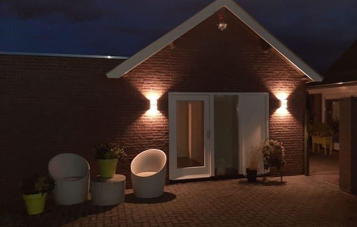 Huisje aan de dijk bij de Maas