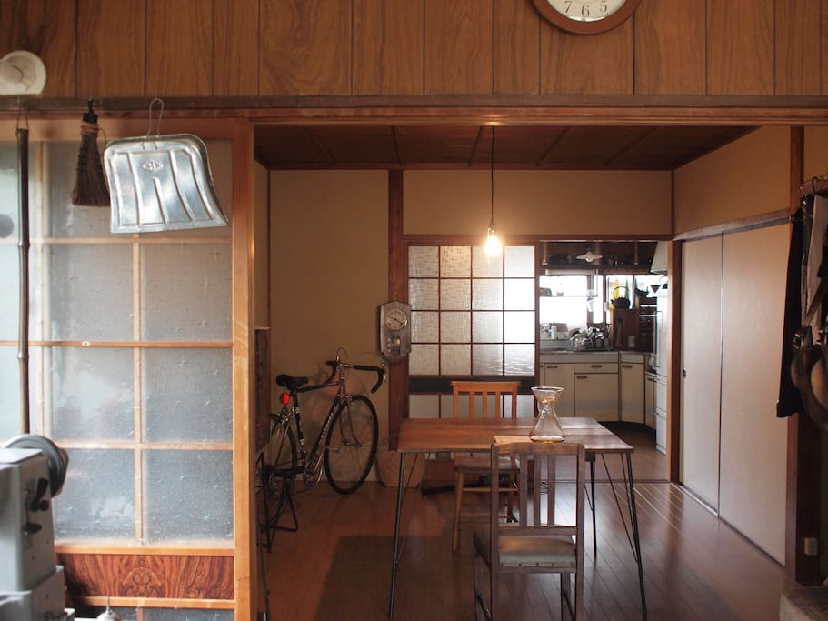 工房から見たダイニング Dining room seen from the leather studio