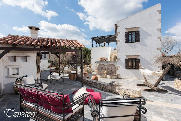 Venetian Style Mansion with huge private courtyard - Nerokouros - Вилла