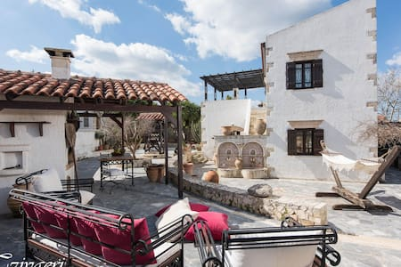Venetian Style Mansion with huge private courtyard - Nerokouros - Villa