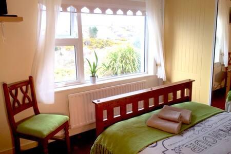 Edergole House>Room 2