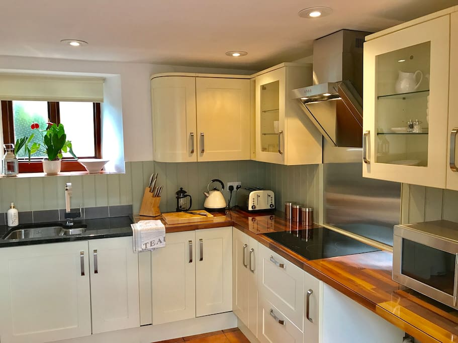 Fully-fitted well equipped kitchen with integral hob
