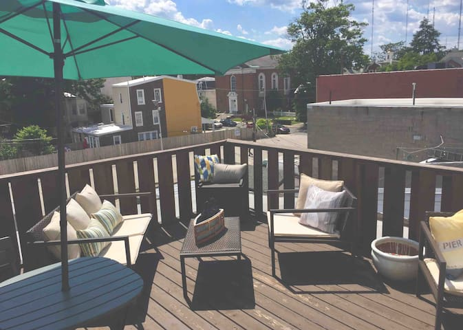 Sunny Studio: Philly Convenience + Private Deck