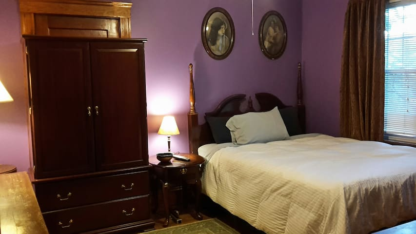 comfortable 11'x12' guest room w/ shared bath - Watertown - House