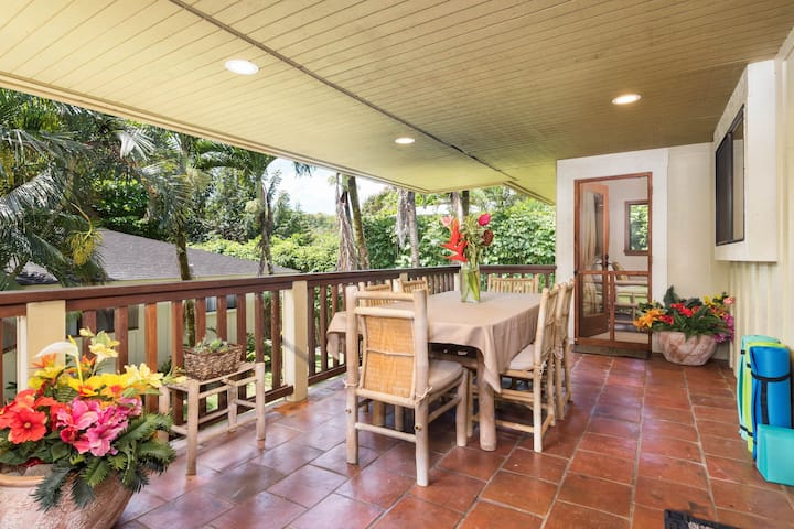 Spacious tropical getaway w/ lanais & jacuzzi, steps from the beach