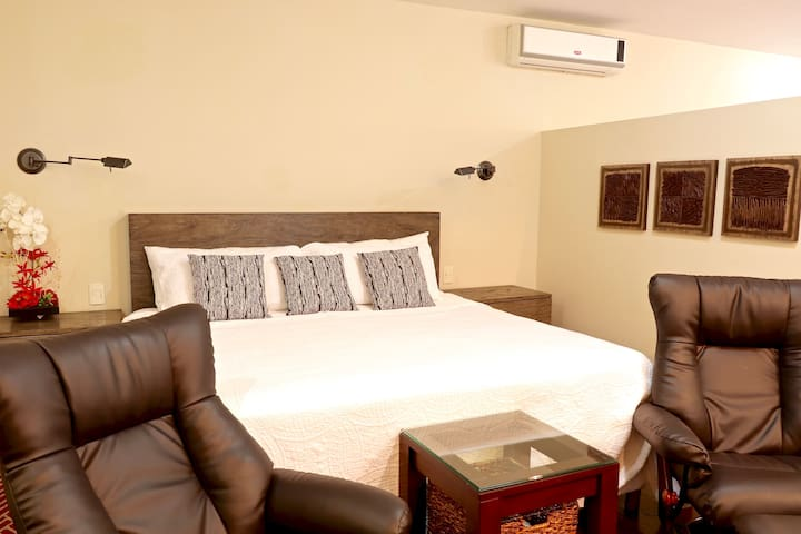 """""""This place was VERY CLEAN and spacious, the bed was humongous and smell very nice"""" Rene USA"""