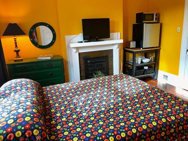 Charming Room in Historic Washington Park Home