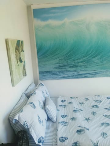 Your guestroom quiet, peaceful and only 10 min drive from downtown and Hillcrest