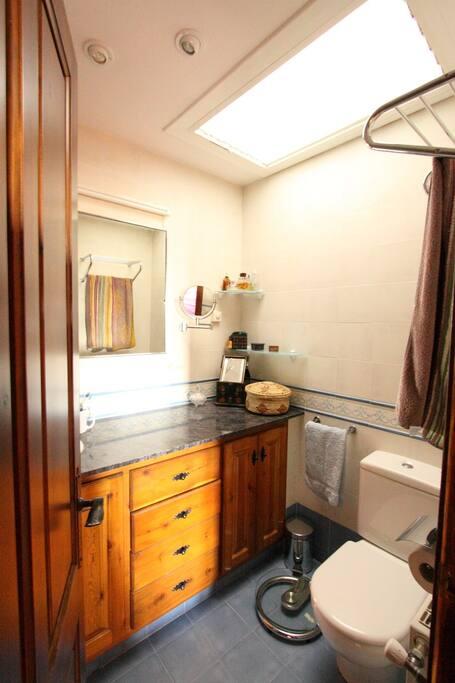 Red Room ensuite bathroom
