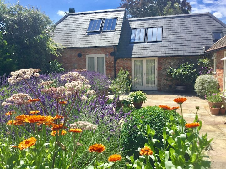 Self contained  In the heart of Alresford