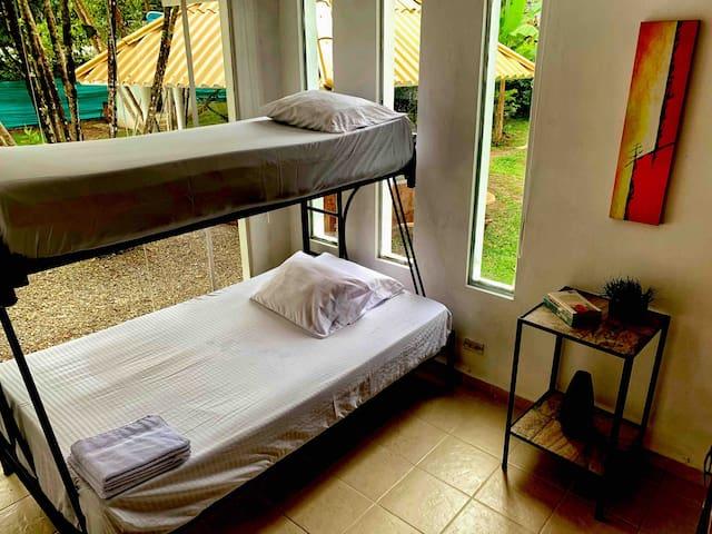 Segunda habitación primer piso con litera (camarote) doble abajo y sencilla arriba, con amplio closet disponible