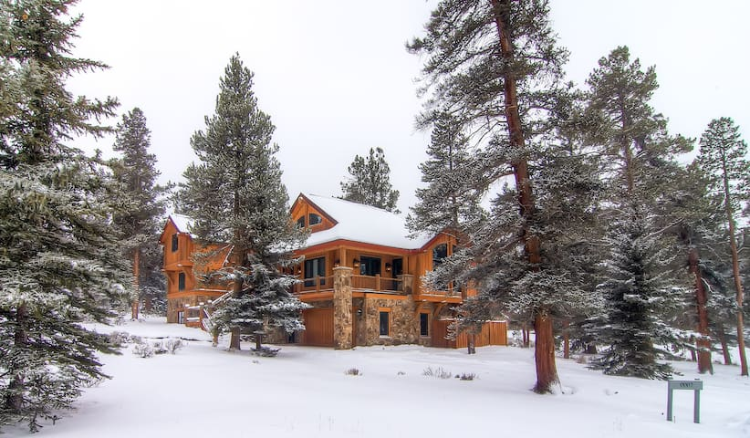Families love this Log Home! Private Hot Tub, Large Decks w/ Views at Goldenrod 7