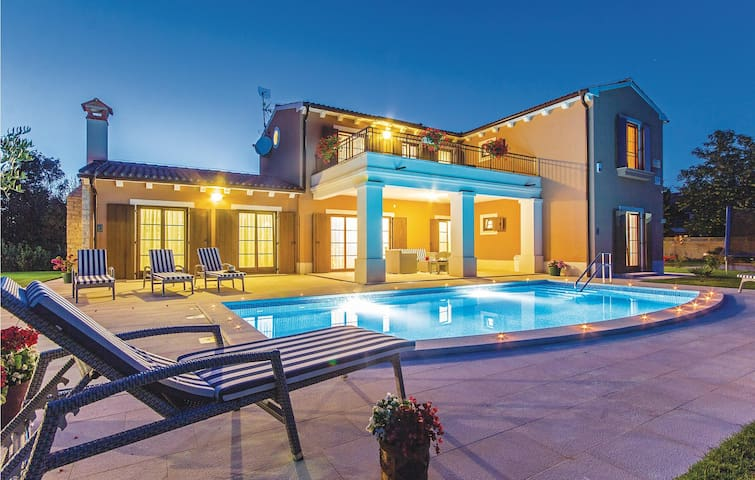 High-quality holiday house with pool