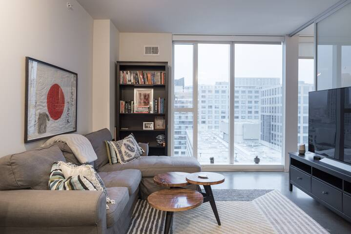 Luxury 1br with views of downtown and the bay