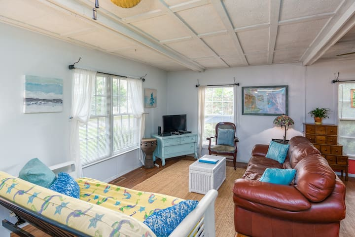 Tybee Lighthouse Cottage (A): Stroll To The Beach!