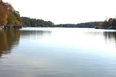 Lake Cherokee Lake Front Cottage - Tamassee - Casa