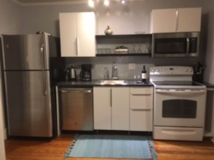 Full kitchen with ice maker & filtered water