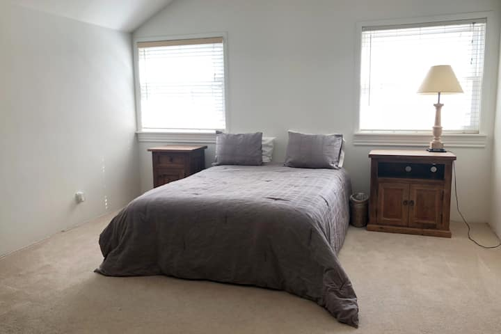 Lovely Master Bedroom for Rent in Agoura Hills