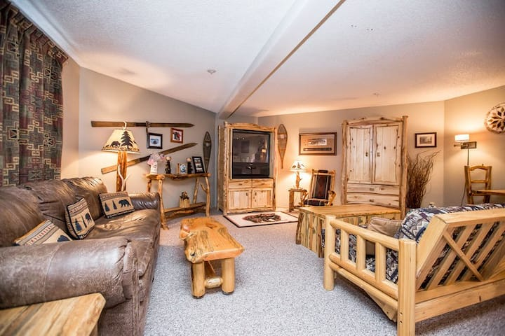 Immaculate condo steps to the ski slopes and hiking trails!!
