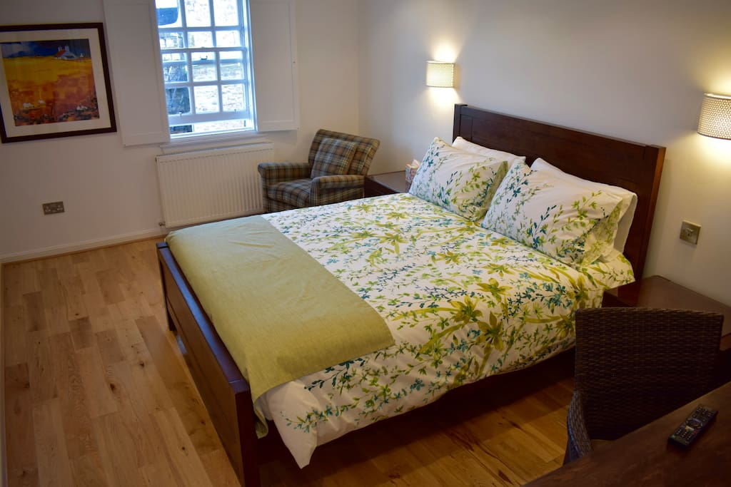 Queen bed, 100% cotton bedding (500 thread count), oak floor and wonderful views of Lady Stairs Close.