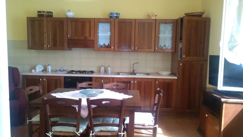 -Tavolo spazioso per un intera famiglia -Spacious table for a whole family