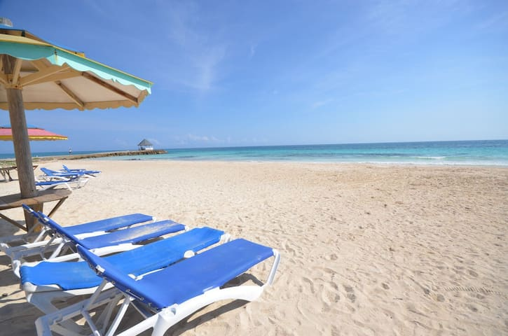 WATERFRONT VILLA! SWIMMING POOL! STAFF! Je Suis Content, Silver Sands 2BR