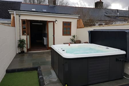 Dan y Coetir Lodge, Hot tub. Brecon Beacons & BPW
