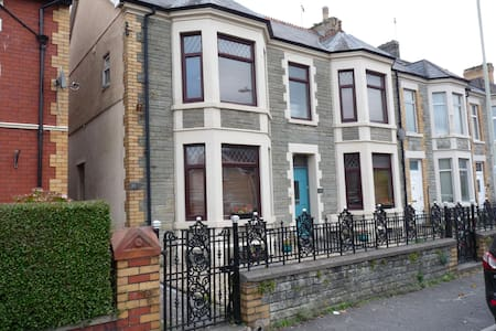 Pretty Nostalgic 2 bedroom flat - Bridgend