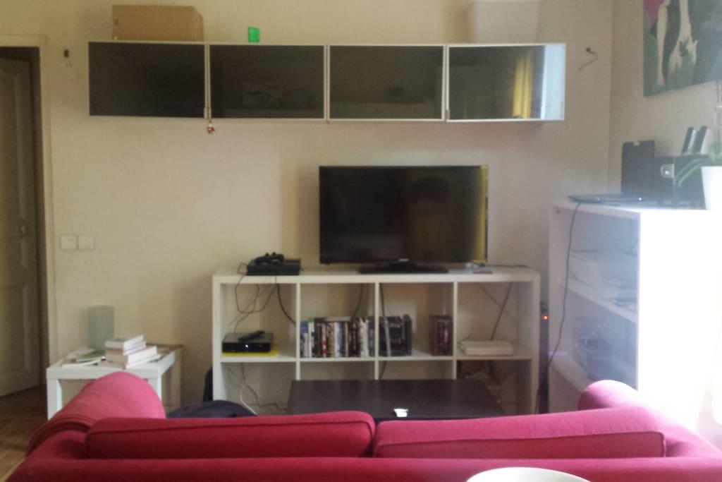 Dans la pièce à vivre : la partie salon. Le canapé est convertible.