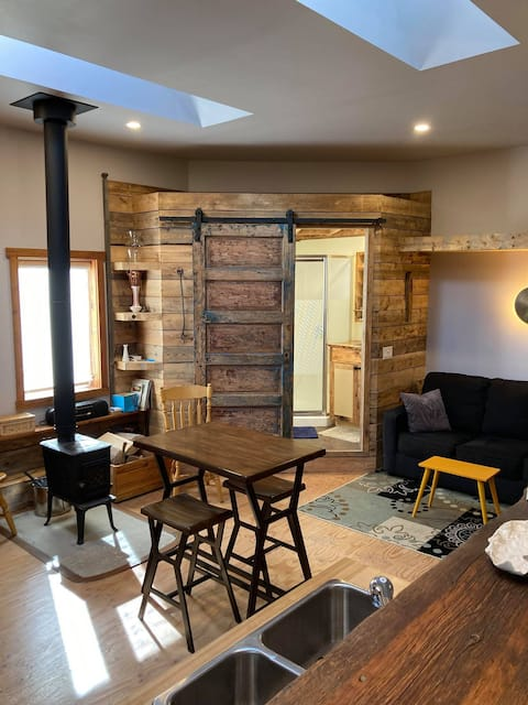 Cozy 1 Bedroom Themed Carriage House