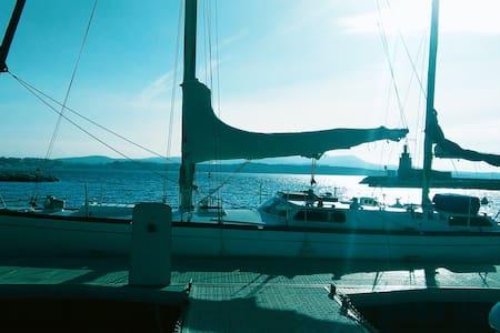 Un voilier confortable sur une île  - Boat