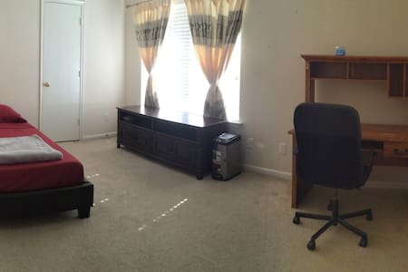 Room w/ full sized bed in South Houston - Hus