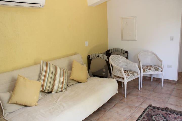 Sala do Anexo - Sofá cama (casal), cortina blackout e ar condicionado.
