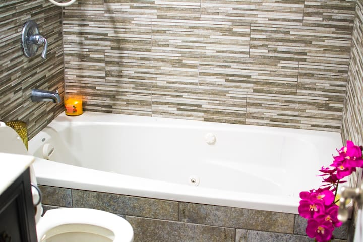 Luxury Jacuzzi Tub. Perfect End for those Long Days.