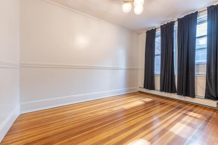 Spacious Queen Room in North End