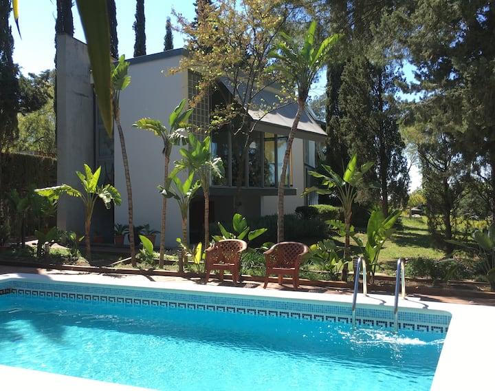 Estudio-loft con gran jardín y piscina