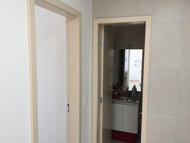 Vista do roll com a entrada do banheiro e do quarto.