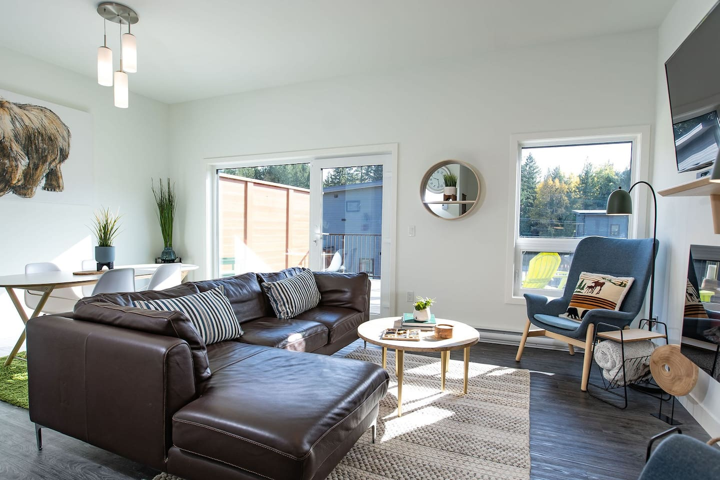 The living/dining area of the condo provides a comfortable gathering place to relax, share stories about your Revelstoke adventures or unwind after a day of activities.