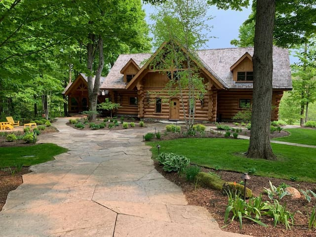A Luxury Log Home estate w pool+trails+ponds+spa!