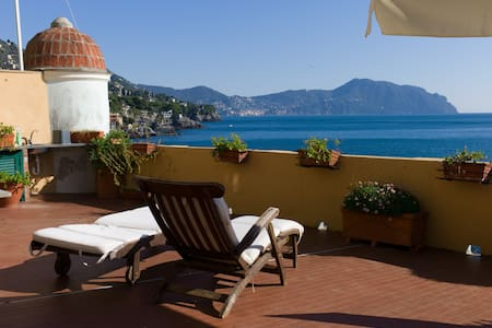 Il Castello: Sunny Apartment in front of the Sea - Bogliasco