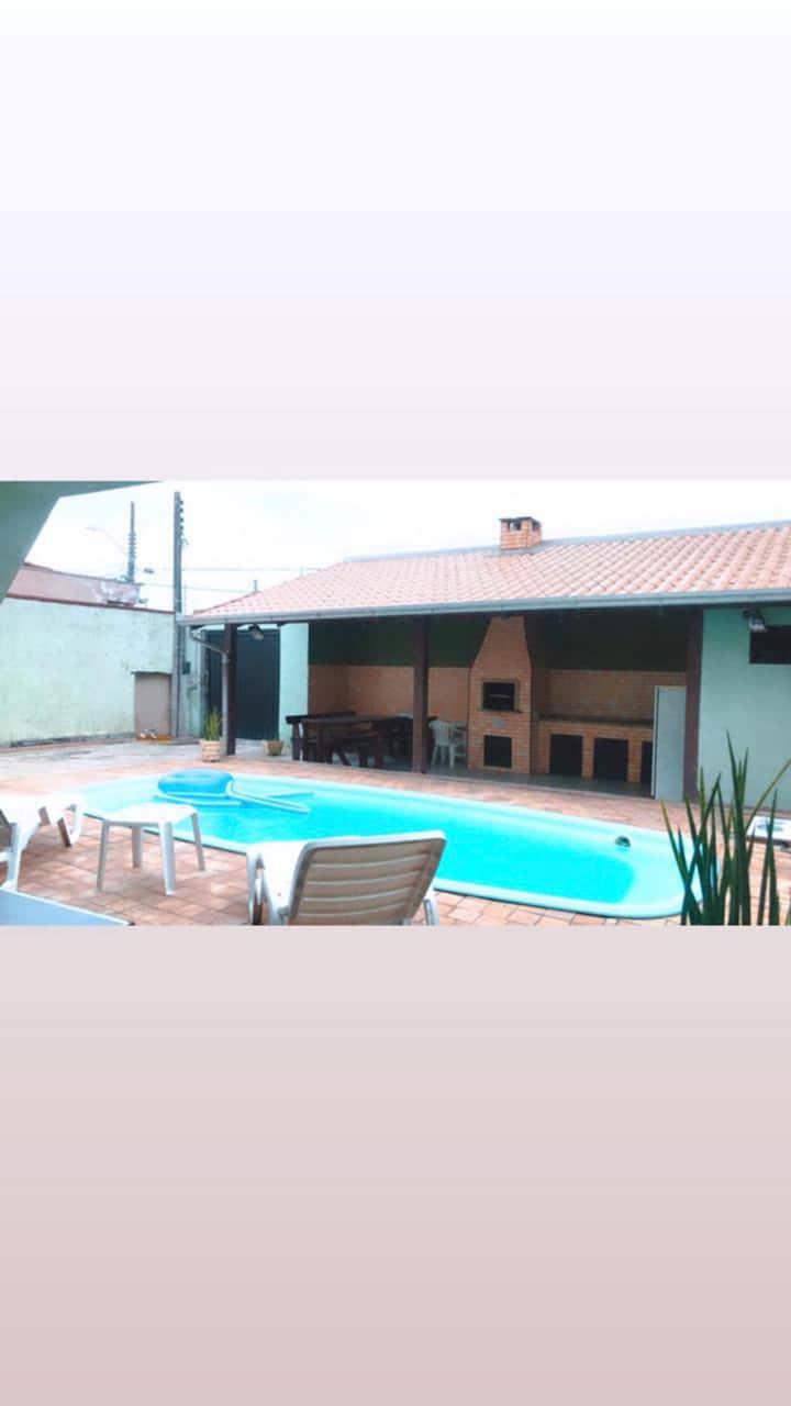 Casa c/ piscina à 600 m da praia no Centro de NVG