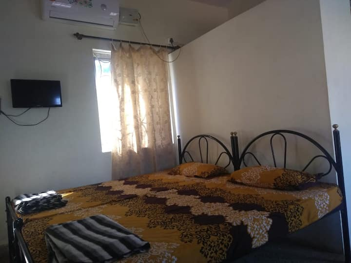 Private AC room w/balcony next to Madgaon Station
